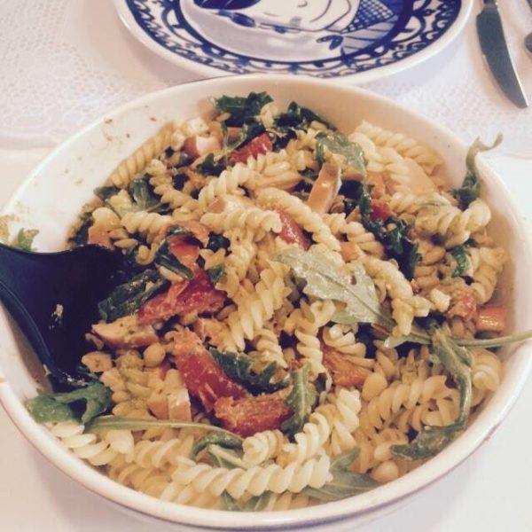Recept: Pastasalade met zongedroogde tomaatjes, gerookte kip & pijnboompitjes!