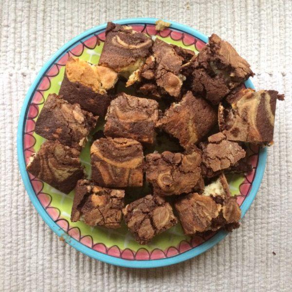 Recept | mini brownies met witte chocolade en pure chocolade.