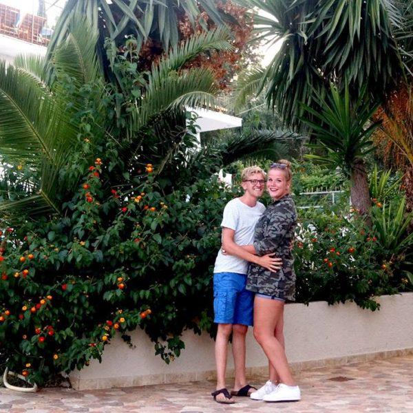 blijheidmomentjes | Palmbomen, bruine benen & knuffelen in het zwembad. #26